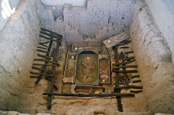 A photo of the original tomb in situ in the Huaca Rajada in Sipán. The ornaments and skeletons are reproductions, the originals having been restored and visible in the museum Tumbas Reales de Sipán in Lambayeque.