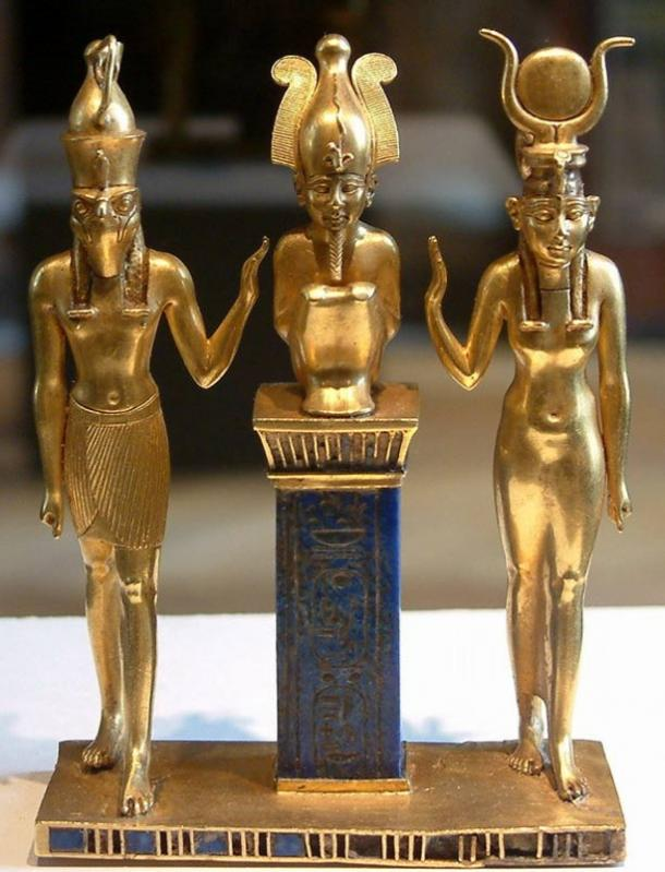 Osiris on a lapis lazuli pillar in the middle, flanked by Horus on the left and Isis on the right.
