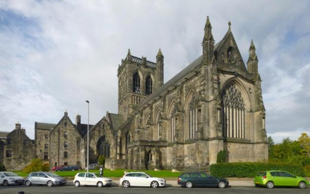 The outside of the Paisley Abbey in Scotland, where the alien gargoyle can be seen. (Lairich Rig / CC BY-SA 2.0)