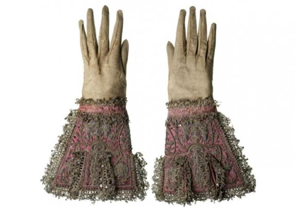 A pair of gloves made of kid leather, fitted with deep gauntlet cuffs of pink silk, trimmed with gold and silver lace and embroidery said to have been worn by Charles I at his execution. (©Museum of London)