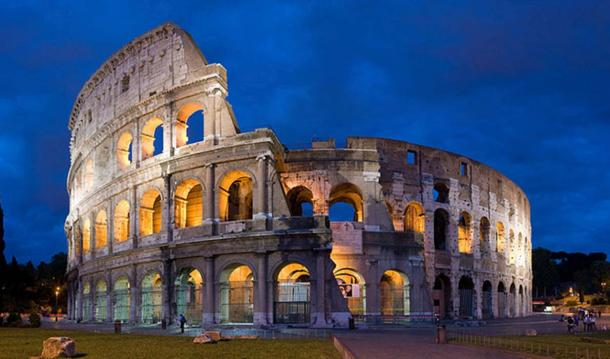A 4×4 segment panorama of the Colosseum at dusk. (Diliff/CC BY SA 2.5)