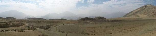 A panoramic view of the Caral complex site with the Andes in the background. (I, KyleThayer / CC BY-SA 3.0)