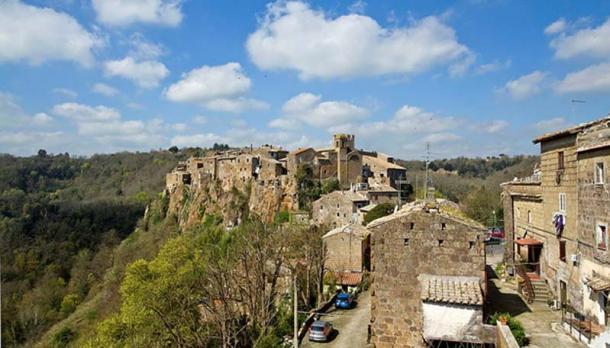 A photo of Calcata, Italy. (Image: CC BY-SA 3.0)