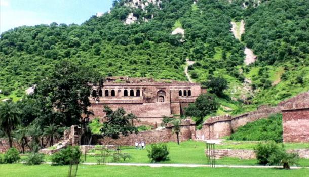 A pesar de el pintoresco entorno de Bhangarh Fort, los locales se movieron de su ciudad en otro lugar y el sitio fue abandonado hace más de 200 años