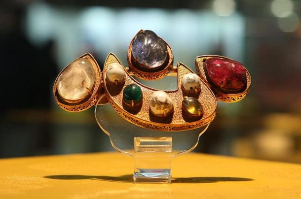One of the precious jewels excavated from the Dingling Tomb. This artifact is about the size of an adult's palm and is composed of gold, pearl, ruby, and other gemstones. Dingling Museum.