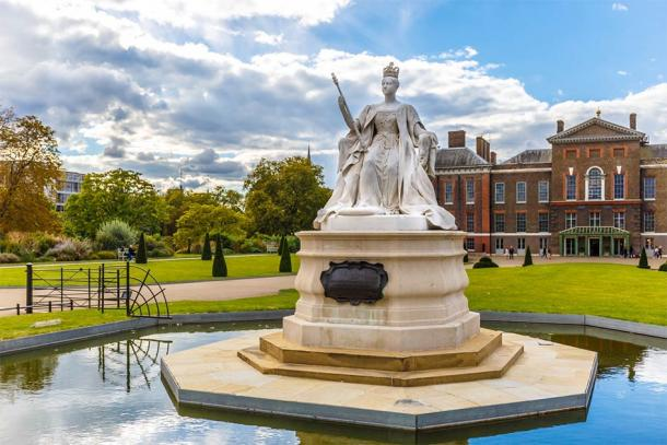 Queen Victoria monument at Kensington palace sculpted by her daughter, Princess Louise (Alexey Fedorenko / Adobe Stock)