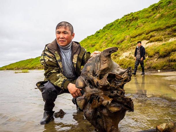 Part of the recently found Siberian mammoth remains and two members of the local indigenous community that first spotted the find. (Image: Artem Cheremisov / Siberian Times)