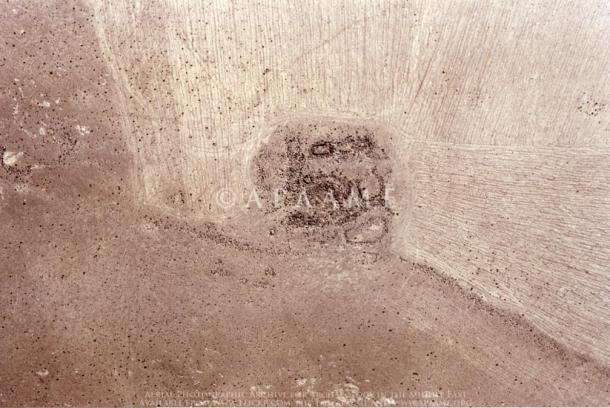 Khatt Shebib duvarı boyunca yer alan kulelerden birinin kalıntıları.