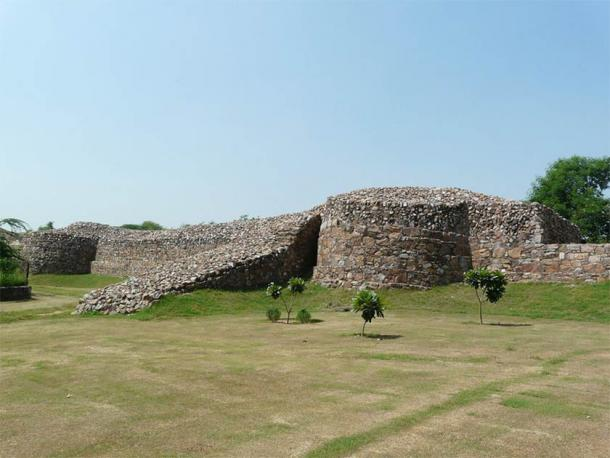 The remains of  Qila Rai Pithora's mighty walls (CC BY 2.0)
