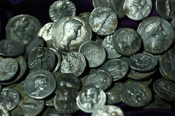 Precious Roman coins that were discovered in the ancient city of Aizanoi, Kütahya province, western Turkey. (Hürriyet Daily News)