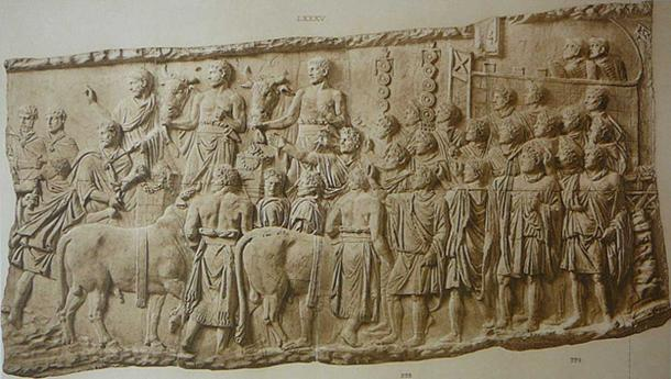 The scenes on Trajan's column focus more on offerings and construction rather than battle