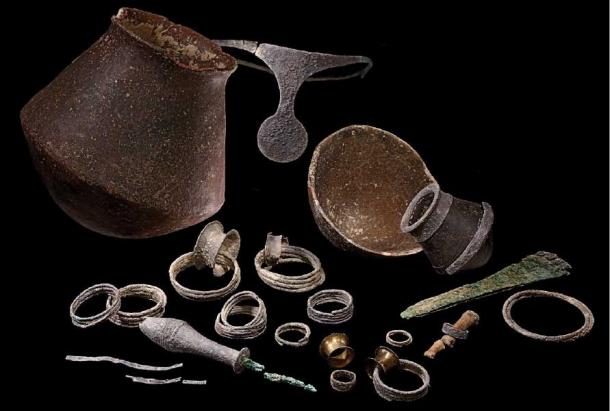 A selection of the grave goods. (credit: J.A. Soldevilla, courtesy of the Arqueoecologia Social Mediterrània Research Group, Universitat Autònoma de Barcelona /Antiquity Publications Ltd)
