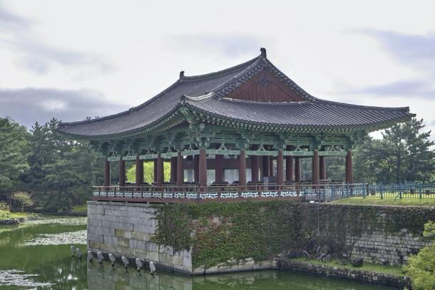 The slanted roof and many supportive columns of the Donggung pavilion (Peter Zyuzin/ Adobe Stock)