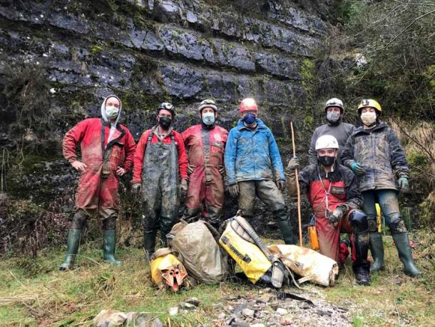 The team of speleologists that have worked to recover the remains of Loizu man (Navarra.es)