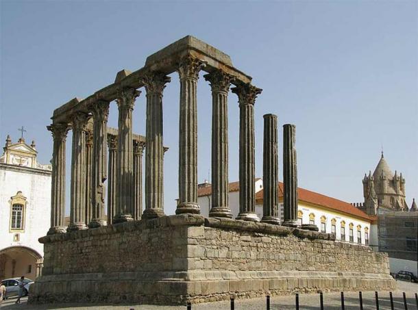 The Roman Temple of Diana in the square ( Alvesgaspar/ CC BY-SA 3.0)