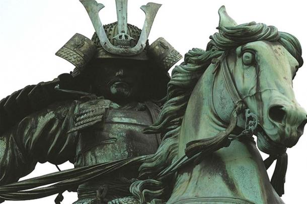 This statue is a depiction of Kusunoki Masashige, a medieval Japanese hero who attributed as co-author of the scroll.