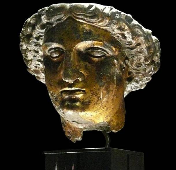 Cabeza de bronce dorado de la estatua de culto de Sulis Minerva. Se encuentra en Stall Street, Bath, en 1727
