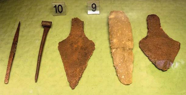 Stone knife and copper daggers -objects from Budapest area belonging to the Csepel culture, a Hungarian-Slovakian sub-style of the Bell-beaker culture, early Bronze Age. Display at the Budapest Historical Museum. (Image: Bjoertvedt / CC BY-SA 4.0)