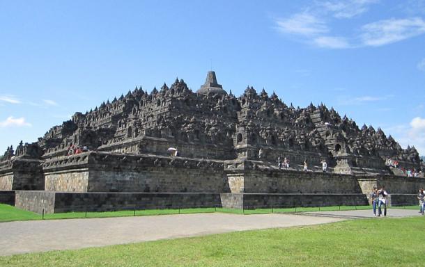Borobudur temple in Java, where 432 Buddha statues are placed inside individual stupas. (22Kartika / CC BY-SA 3.0)