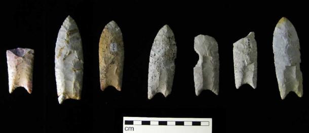 For comparison, the blades of the Clovis culture had distinctively shaped stone spear points, bifacial and typically fluted on both sides, known as the Clovis point. (CC BY-SA 3.0).
