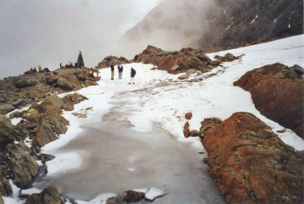 The Ötzi site still iced up, late August 2000. (J.H. Dickson et al)