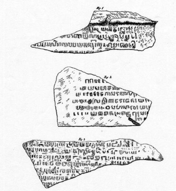 Dibujos de tres fragmentos de la Piedra de Singapur, desde 1848 el artículo de Laidlay en el Diario de la Sociedad Asiática de Bengala.  El fragmento de la parte inferior se encuentra ahora en el Museo Nacional de Singapur.