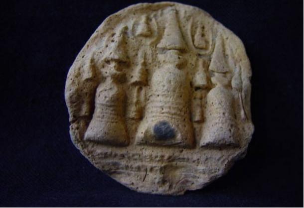 Representación de los niveles y etapas de la estupa en el sellado de terracota, Nalanda, Bihar