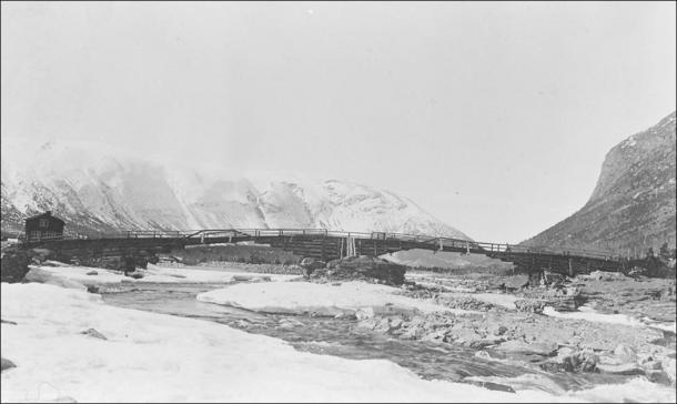 The latest timber incarnation of Vollungsbrua (pre-1912), a bridge linking Lendbreen to inter-regional routes. (Image: Gudbrandsdalsmusea, Norddalsarkiva avd. Skjåk)