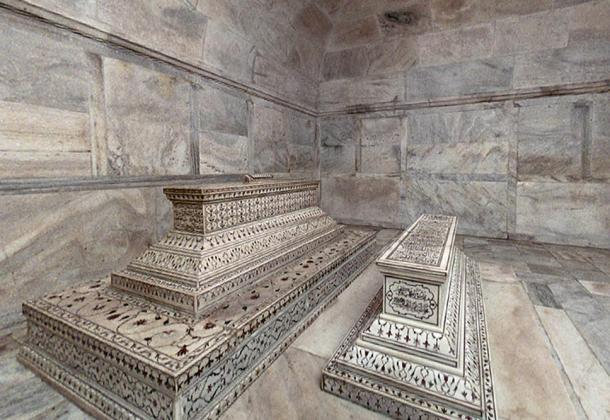 The tombs of Mumtaz Mahal and Shah Jahan in the lower level of the Taj Mahal.