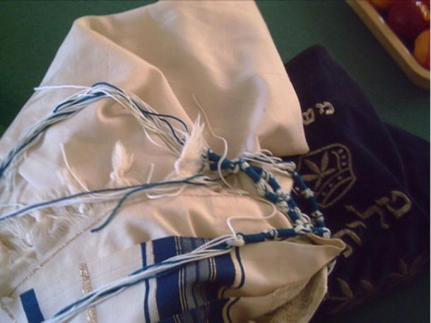 A tzitzit with blue dyed tassels