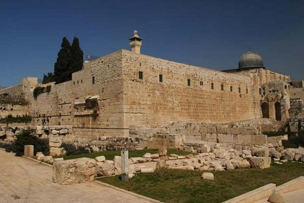 A view of the Southwest corner of the temple mount. One of the four minarets and the back of the Al-Aqsa Mosque can be seen atop to the Mount. Robinson's arch can be seen on the Western face. The ruins in the foreground are from the Roman, Byzantine, and Umayyad periods.