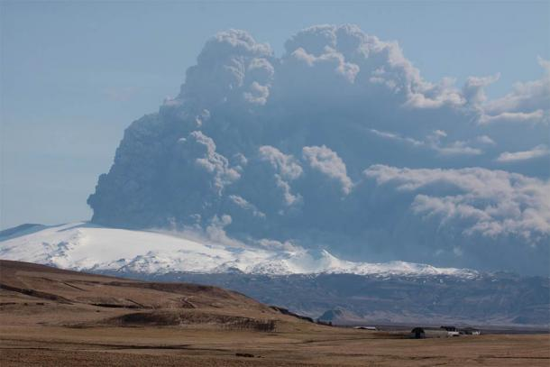The volcanic plume of the 2010 Hvolsvöllur volcanic eruption in Iceland. The Ilopango mega-eruption plume would have been many, many times bigger: extending 28 miles into the upper atmosphere. It was big enough to cool the planet for nearly 18 months. (Boaworm / CC BY 3.0)