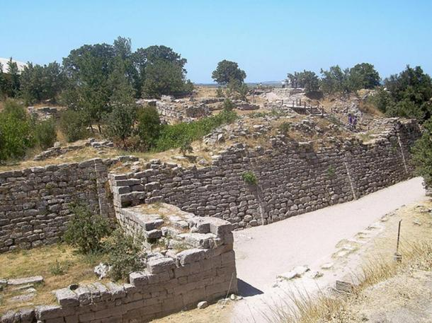 The walls of the acropolis belong to Troy VII, which is identified as the site of the Trojan War (c. 1200 BC).