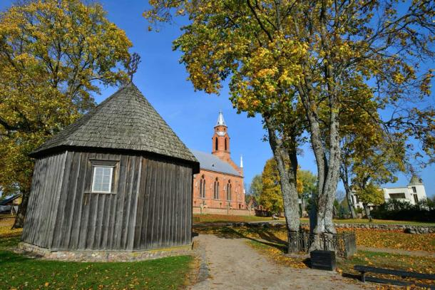 The wooden chapel on the Kernavė Archaeological Site (Falvijus Piliponis / Adobe Stock)