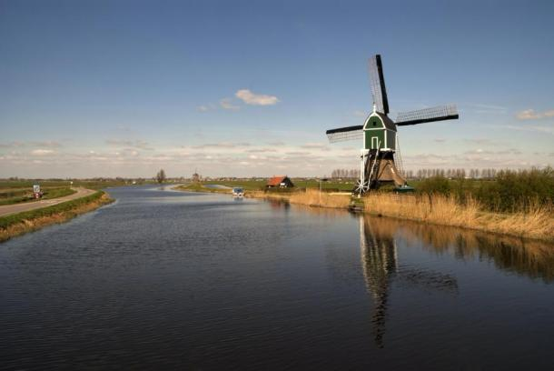 The windmills, polders and waterways of Alblasserwaard. (jstuij / Adobe Stock)