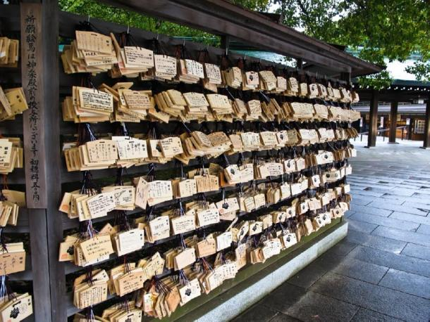 Wishing / prayer wooden tablets at Meiji Shrine, Tokyo (thaifairs / Adobe Stock)