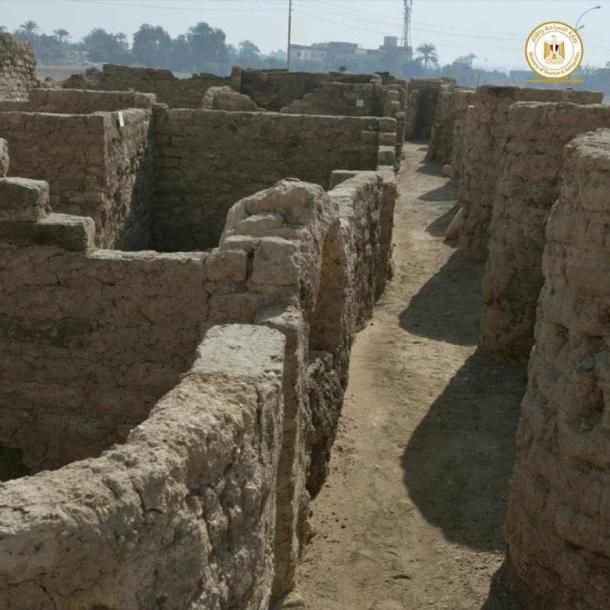 The site has nine foot (2.7 meter) tall zigzagging mudbrick walls. (Ministry of Tourism and Antiquities)