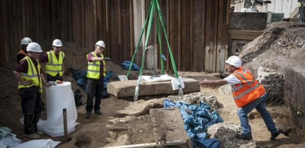 Removing the lid of Roman sarcophagus found in Borough Market, London