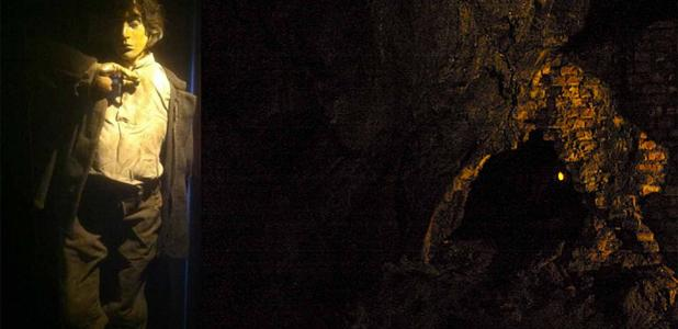 Replica of Fet Mats Israelsson, Falu Grava Visitors Center, Falun, Sweden. (Tidsspegeln) Inside Falun copper mine. (bluecoomassie/CC BY-NC-ND 2.0)