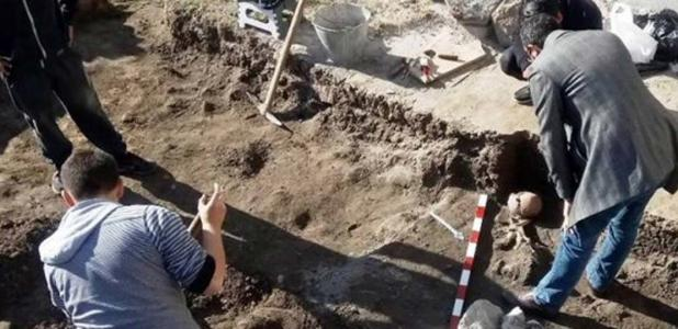 A skeleton with an arrow in or at the chest has been discovered in a burial from the 11th-12th century AD during rescue excavations at the Antiquity Odeon in Bulgaria's Plovdiv