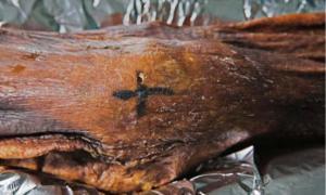 A cross-shaped tattoo on Ötzi's knee.