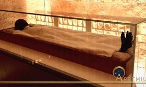 Of all the pharaohs of ancient Egypt who yearned to rest for an eternity in their sepulchers in the Valley of the Kings, only Tutankhamun has had his wish fulfilled. Here, his mortal remains rest within a climate-controlled glass case in the Antechamber.