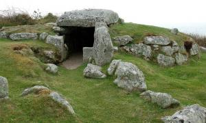 The entrance to Bant's Carn             Source: Stringer, J / CC BY-NC 2.0