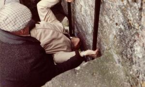 Man kissing the Blarney Stone. Source: Steve Bowbrick/CC BY NC SA 2.0