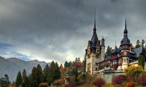 A photo of Peleș Castle in autumn.