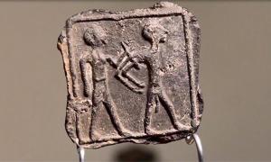 Clay plate discovered in Tell Jemmeh, Israel. Source: Emil Elgem / IAA.