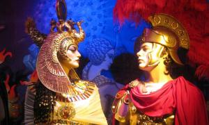 NYC - Bloomingdale's 2009 Holiday Window - Dynamic Duos - Mark Antony and Cleopatra.
