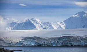 Coast of Antarctica with centuries-old thicknesses off glaciers (sichkarenko_com / Adobe Stock)