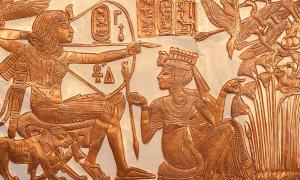 Ankhesenamun Hands Tutankhamun an Arrow.