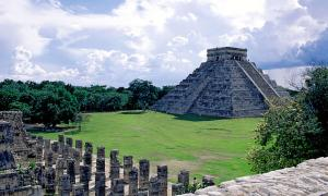 El Castillo, Chichén Itzá as viewed from the first level of the Temple of a thousand Columns